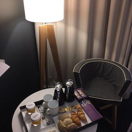 """Biguglia, França: Petit dej en chambre:jus industriel et bin pas """"frais"""" , fromage indéfini en lieu et place du co"""