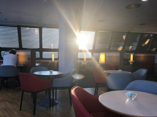 KLM Royal Dutch Airlines: Abenddämmerung in der Lounge
