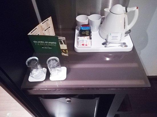 frigo bar, tazze bicchieri e bollitore