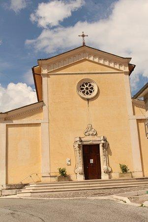 Villetta Barrea, Ý: Semplice nel suo insieme; con portale arricchito e un rosone frontale ad otto raggi.