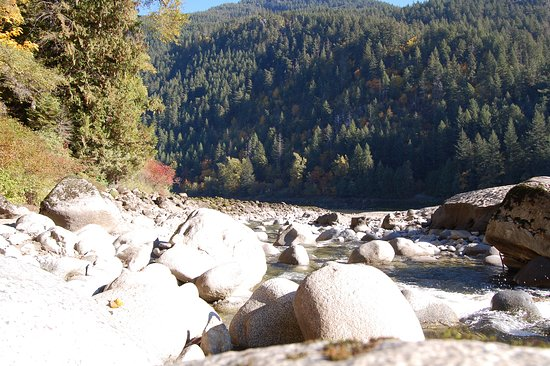 Yale, Canadá: Emory Creek flowing into the Fraser River