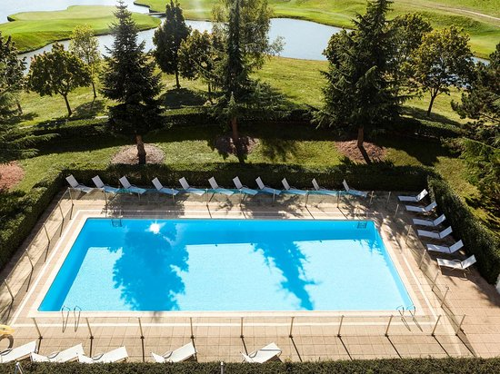 Saint-Quentin-en-Yvelines, France: Pool View