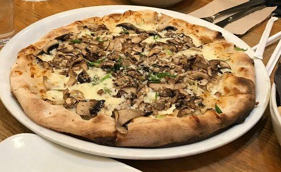 Scarsdale, Нью-Йорк: Wild mushroom pizza