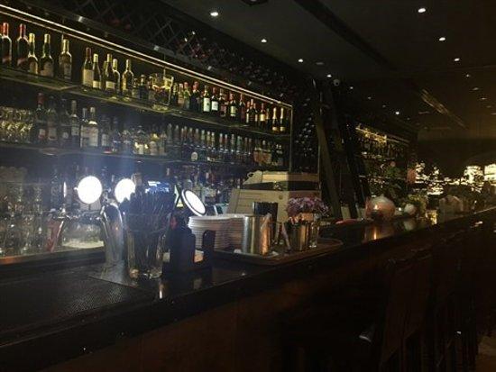 集酒吧和餐廳於一身