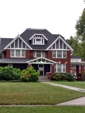 711 N Kingshighway Butch Colonial Revival Style4 Picture