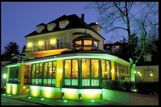 Bad Sauerbrunn, Austria: Außenansicht am Abend