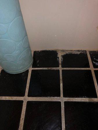 Cosmo Hotel Hong Kong: se rompió frasco en el baño el día que llegue, la foto se tomo el ultimo día, los vidrios ahí si