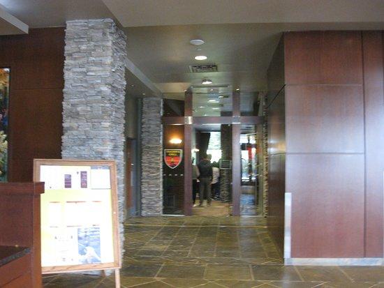 Explorer Hotel: フロント近くにあるレストラン1Fのエレベータ横 美味しいお店