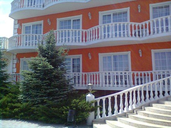 Mykolaivka: ухоженная территория и красивое здание