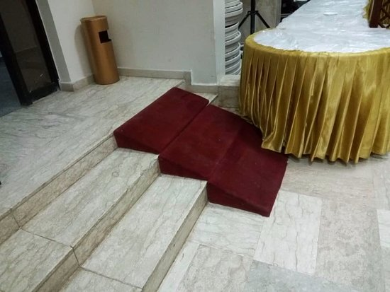 Reiz Continental Hotel: This ramp is poorly designed and will not work for electric wheelchairs.