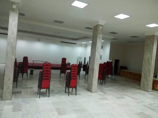 Reiz Continental Hotel: Watchout for leaky conference rooms.