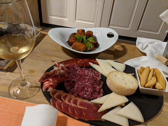 Valverdon, Spain: Meat/cheese platter from the bar menu with croquets, yummy!