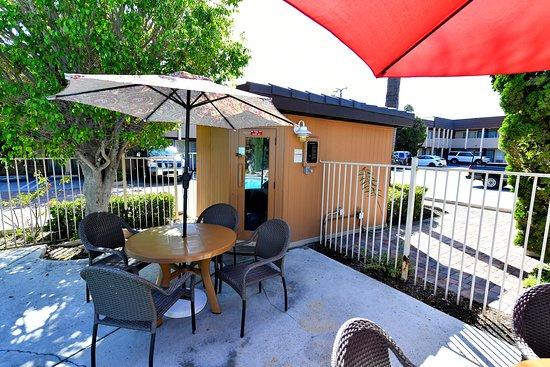 super 8 by wyndham costa mesa newport beach area. Black Bedroom Furniture Sets. Home Design Ideas