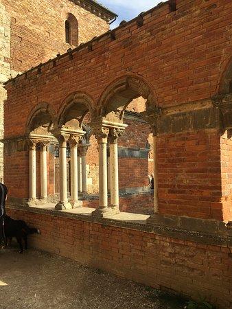 Chiusdino, Italien: schön auch Aussen
