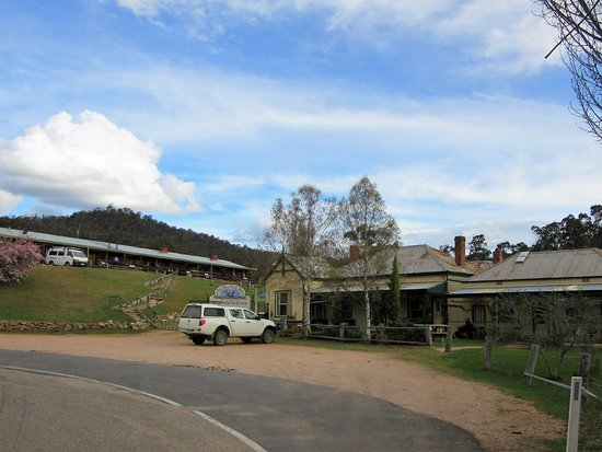 Anglers Rest, Australien: The cabins are a short stroll up the path from the inn.