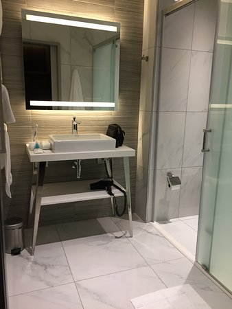 The Maslow Hotel Time Square: Modern, functional bathroom