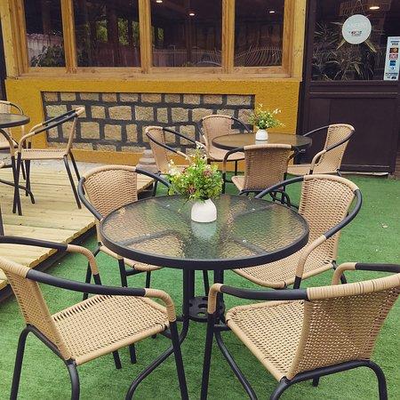 De Gusto Café Restaurant: Terraza De Gusto