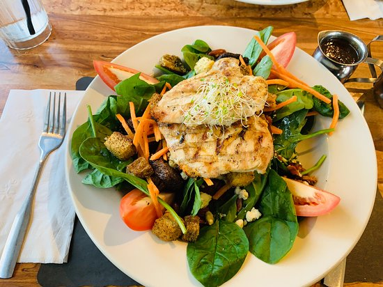 Wrentham, MA: Spinach salad with grilled chicken
