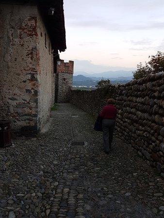 Via dietro le mura