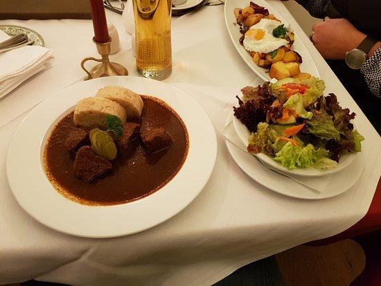 Mauterndorf, Österreich: Rindsgulasch mit Serviettenknödel, Beilagensalat sowie Gemüsegröstel mit Spiegelei
