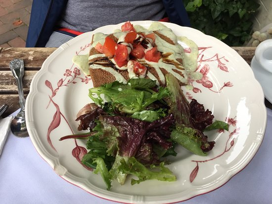 Fontaine Caffe & Creperie: Sultan's crepe with side salad