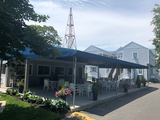 East Marion, NY: Free Continental breakfast served on patio