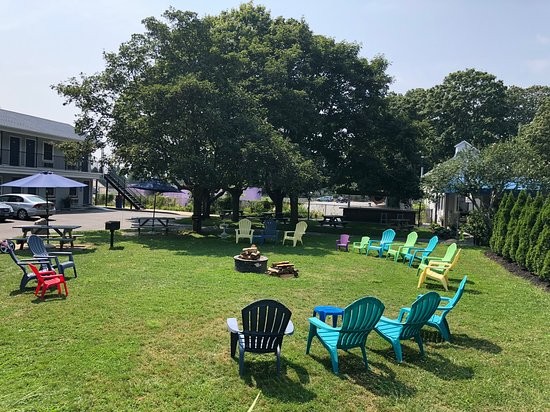 East Marion, NY: Common area with fire pit, grills, picnic tables and chairs