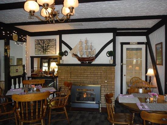 Fish Tales Cafe: Warm Decor