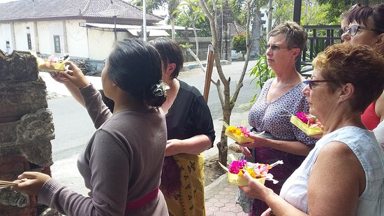 Kedisan, Indonesia: Komang teaching our guests how to offer their Canang Sari