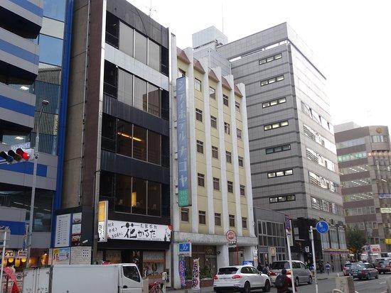 City Hotel Nagoya: クリーム色のホテルです。