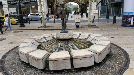 ‪Little Boy Fountain (Kisfiús díszkút)‬