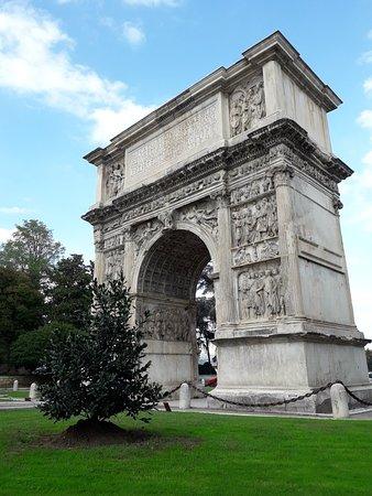 Arco di Traiano (114 d. C.): 20181018_152443_large.jpg
