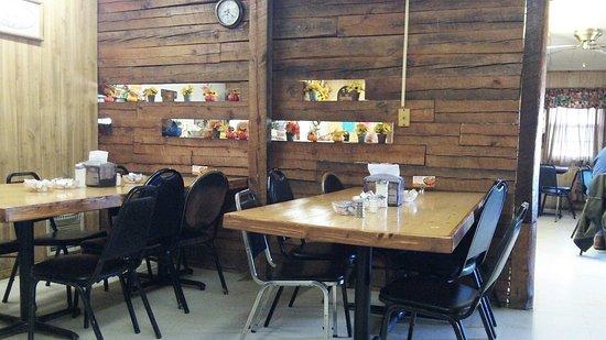 Ellsinore, MO: Saso's tables