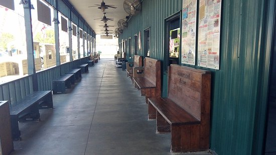 Lambert's Cafe: Lamberts waiting to be seated area.