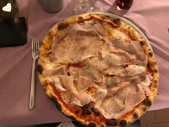 San Vito di Altivole, إيطاليا: PIZZA PORCHETTA, BOVIS, PORCINI, PASSATA DI SAN MARZANO E FIOR DI LATTE.