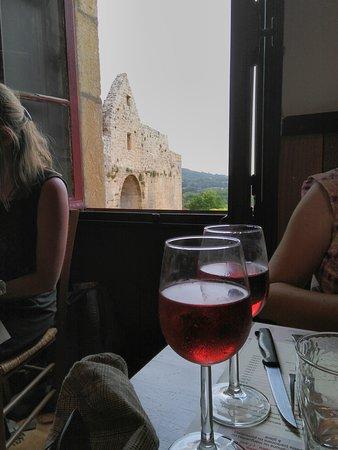 vue sur un verre de Bergerac et la poste de la ville