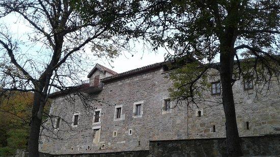 Stary Krym: Вид на монастырь с нижнего источника
