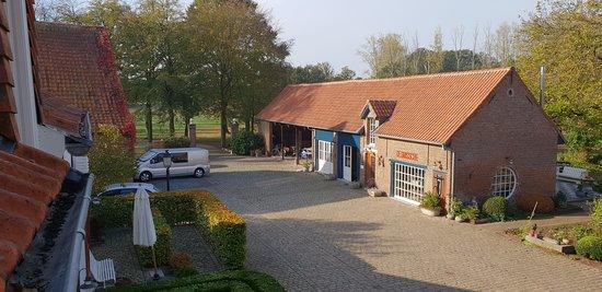 Heist-op-den-Berg, Bélgica: Zicht op binnenplein en ontbijtruimte vanaf de bovenkamers.