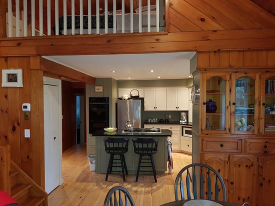 Norwich, Canada: Kitchen area from dining area.