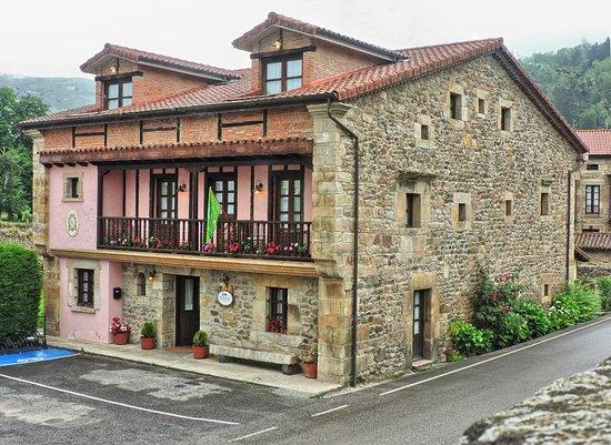 Arenas de Iguna, สเปน: Nuestra fachada principal., donde piedra y madera cobran especial protagonismo. Mirando  al Sur,