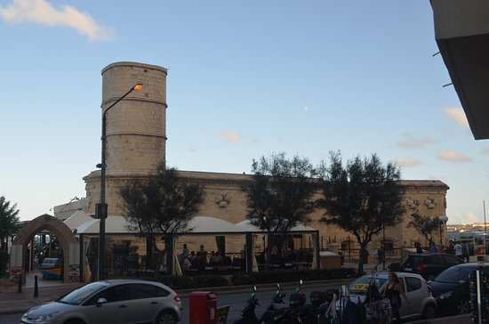 iL Fortizza: The outside from the main road