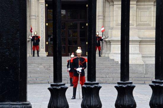 Presidential Palace (Palacio de Gobierno): Guards at the palace