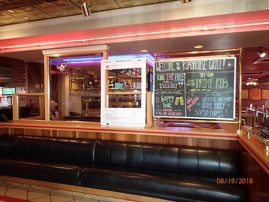 Wing Central's Roadhouse Grill: Lobby view