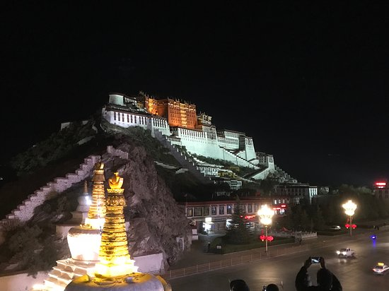 3-Night Lhasa City Small Group Tour: Potala Palast bei Nacht