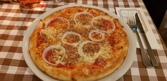 Pizza Tonno with tuna and onion