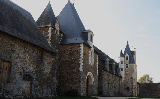La Chapelle-Glain, Prancis: Le châtelet et la tour d'escalier sud très récemment restaurés