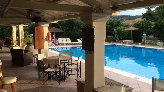 Spiti Prifti Apartments: Shaded poolside