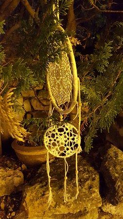 Des cyprès décorés
