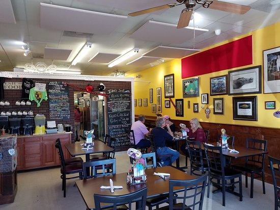 Po' Boys Creole & Fresh Catch: Dining area