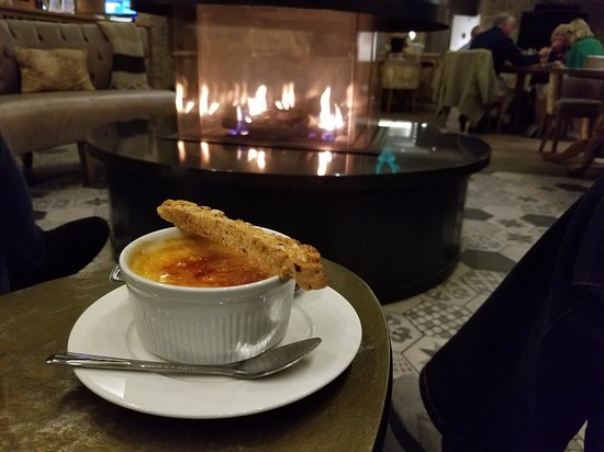 North Bovey, UK: get your dessert by the fire place
